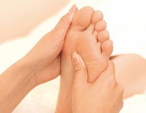 足のむくみ解消に効果的なツボとマッサージ