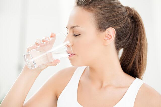 水分をとる女性